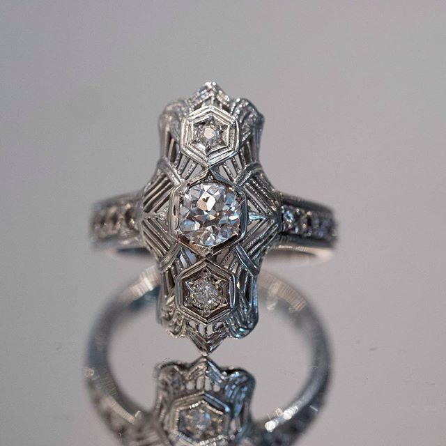 The details on this vintage ring ❤️💍😍😍😍🔥🔥🔥#engagementring #luckygirl