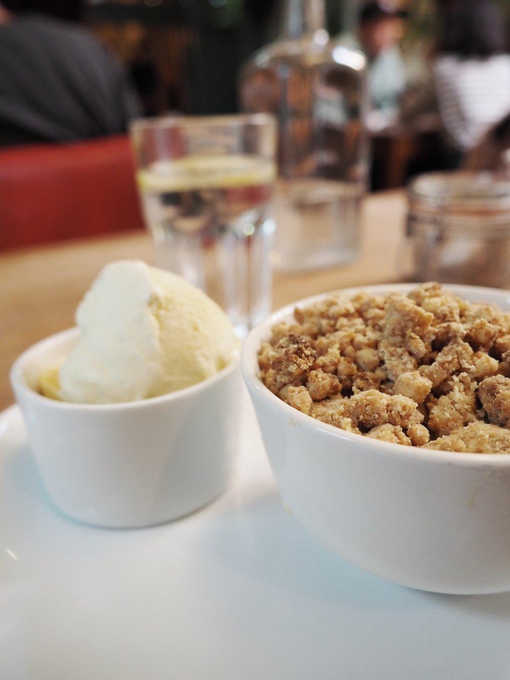 Apple crumble and cream