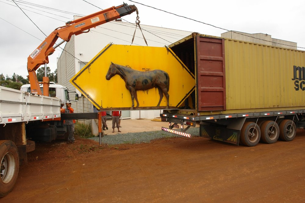 Arriving of the sculpture at my studio/gallery in Nova Lima, Brazil.