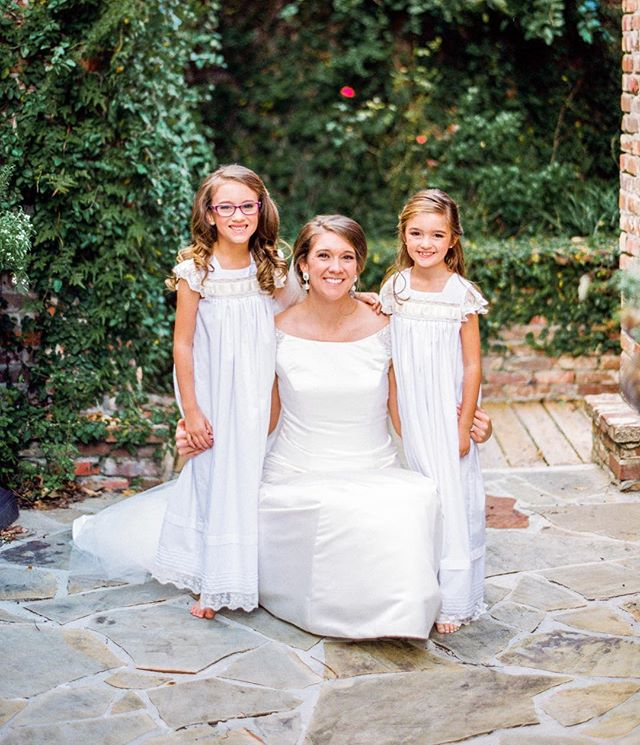 How sweet are these three?!? Beautiful bride, and adorable flower girls!! @lavish.engagements // @kholtwareagle // @thegrandonfoster