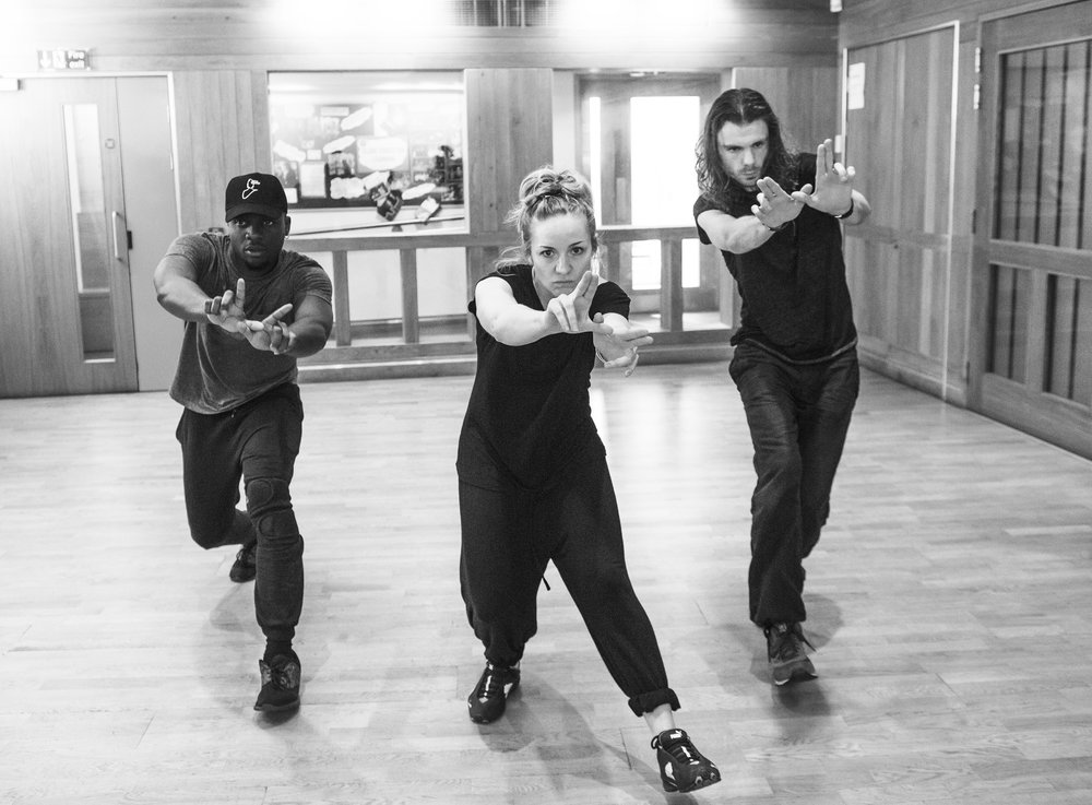 Malik-Sankara Mosiah Watson (Caius Lucius), Claire-Louise Cordwell (Queen) and Matthew Needham (Iachimo)    ©Tristram Kenton