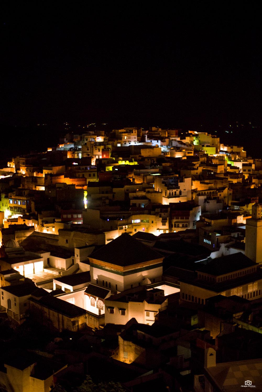 Nachtscene, met de verlichte moskee in de voorgrond.