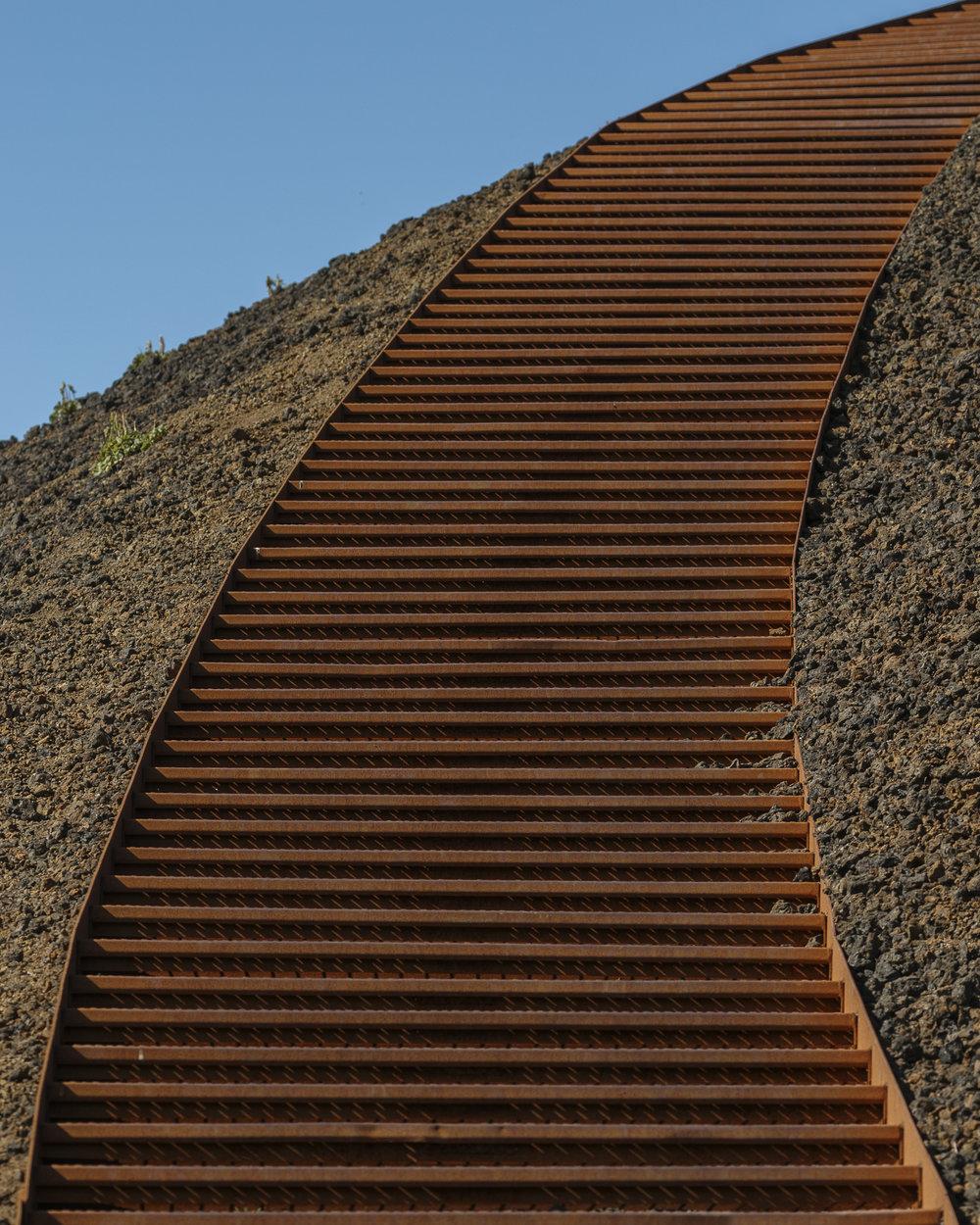 De trap naar de Saxhóll krater top. Naast de trap is de Scoria goed te zien.