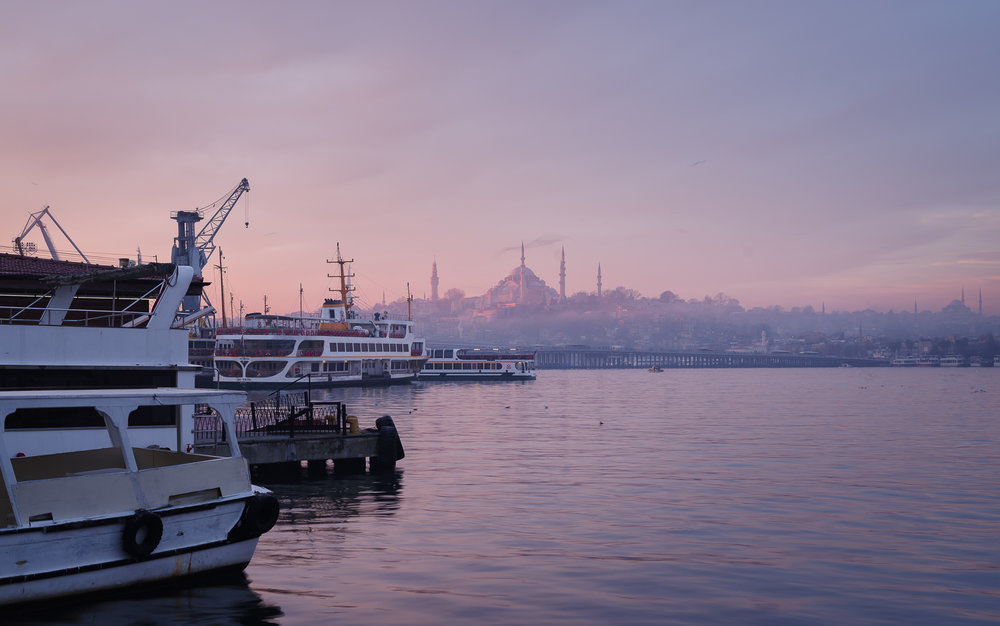 De vroege ochtend aan de oever van de Gouden Hoorn