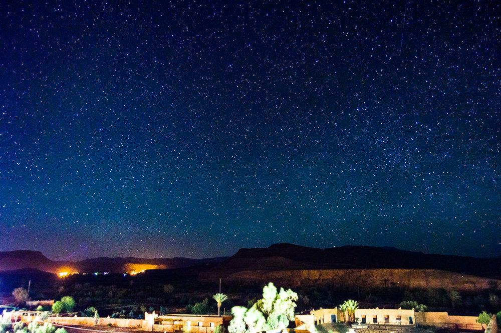 Een hoge ISO zorgt dat je veel sterren ziet; maar zorgt ook voor veel ruis. Genomen in Marokko. (Pentax K-3; 30sec; 18mm; ISO 3200)