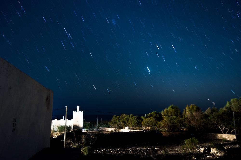 Een sluitertijd van 360 seconden. Genomen met een lens in Marokko (pentax K-3; F3.5; ISO 200). Duidelijk is dat de sterren bewogen zijn.