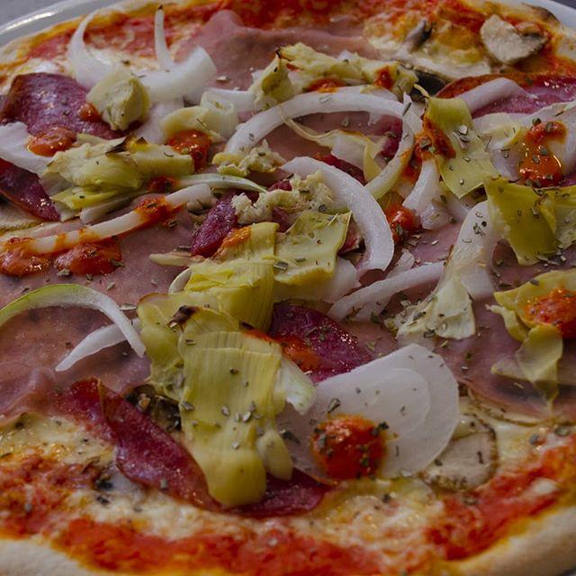 Een heerlijke modo mio met ui. #food #eten #takeaway #afhaal #italian #italiaans #pizzeria #breda