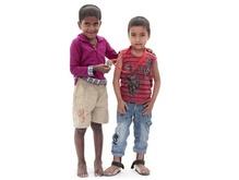 'Maar hij moet gelukkig worden, dat is het belangrijkste!' 28 augustus 2015 Mahamudal en Rahul wonen in Bangladesh en zij zijn 'Liliane Fonds kinderen'. Trots tonen ze hier hun Poldertocht medaille. .
