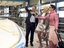 In zee met ... Royal Van Lent   28 oktober 2014  Wie in zee wil met Royal Van Lent hoeft niet per definitie over miljoenen euro's te beschikken. Dat ervoeren Erma Rotteveel en Annemieke de Man op bezoek bij de scheepswerf op Kaageiland...