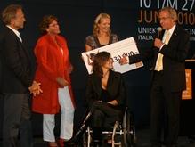 Het is nog niet mooi zo...   9 juni 2010  Op de cheque die Erma en Monique aan het Liliane Fonds overhandigden prijkte dit jaar € 130.000!