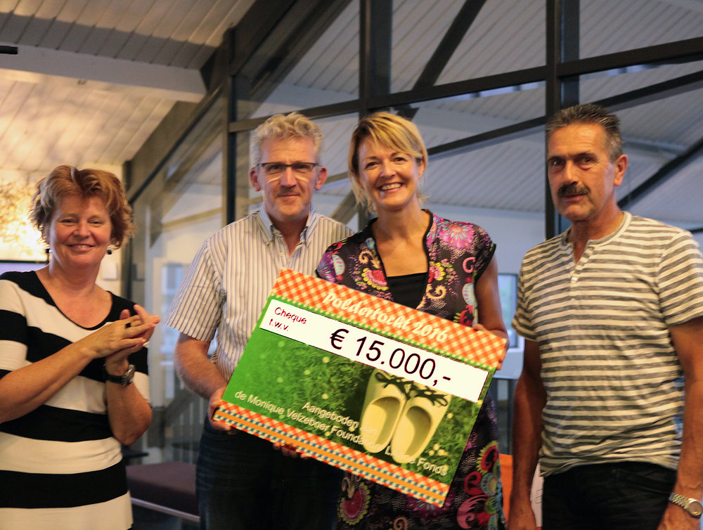 Petra Snelleman (links), Willem Elstgeest en Jan van Leeuwen overhandigen de cheque aan Erma Rotteveel van het MVF/Liliane Fonds.