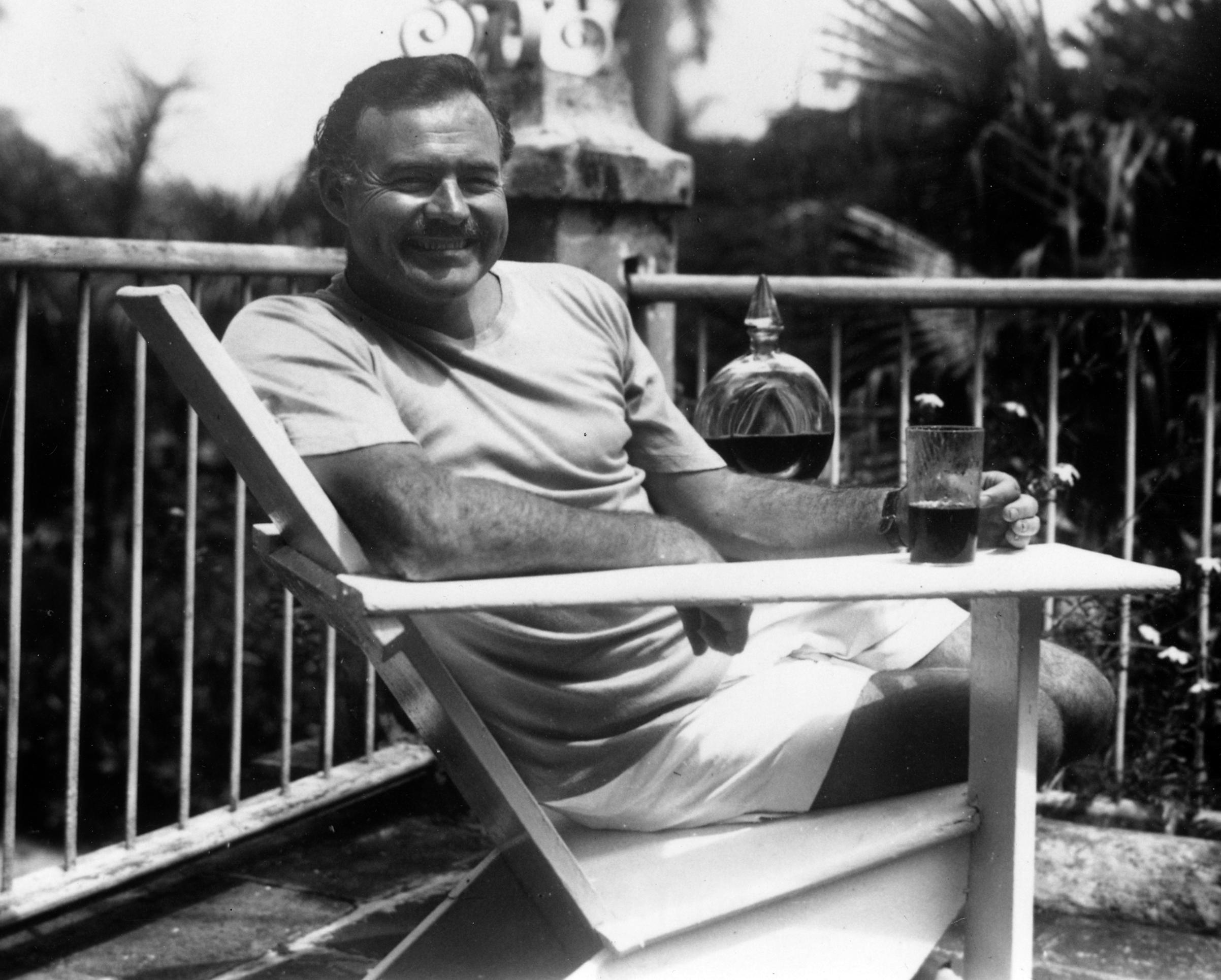 Ernest_Hemingway_at_the_Finca_Vigia,_Cuba_1946