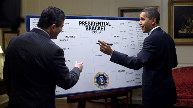 barack_obama_fills_out_2009_ncaa_mens_div_i_tournament_bracket_3-17-091.jpg