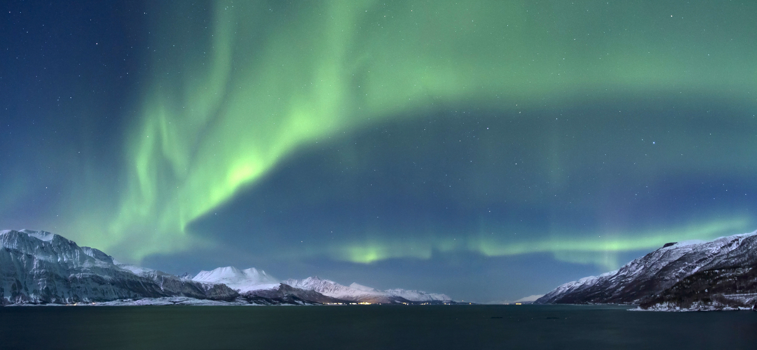 Aurora_borealis_above_Lyngenfjorden,_2012_March-3