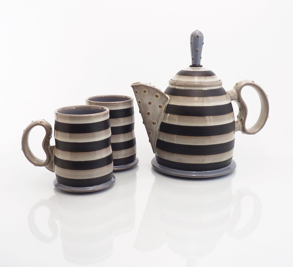 Teapot with two mugs