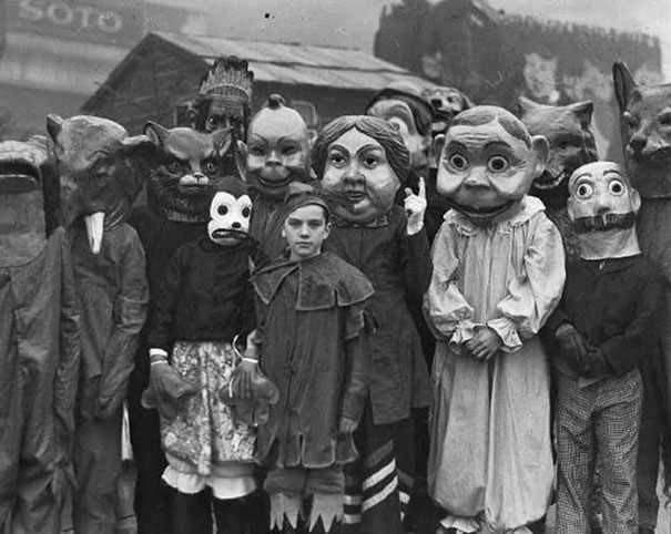 scary-vintage-halloween-creepy-costumes-48-57f665867ba34__605.jpg