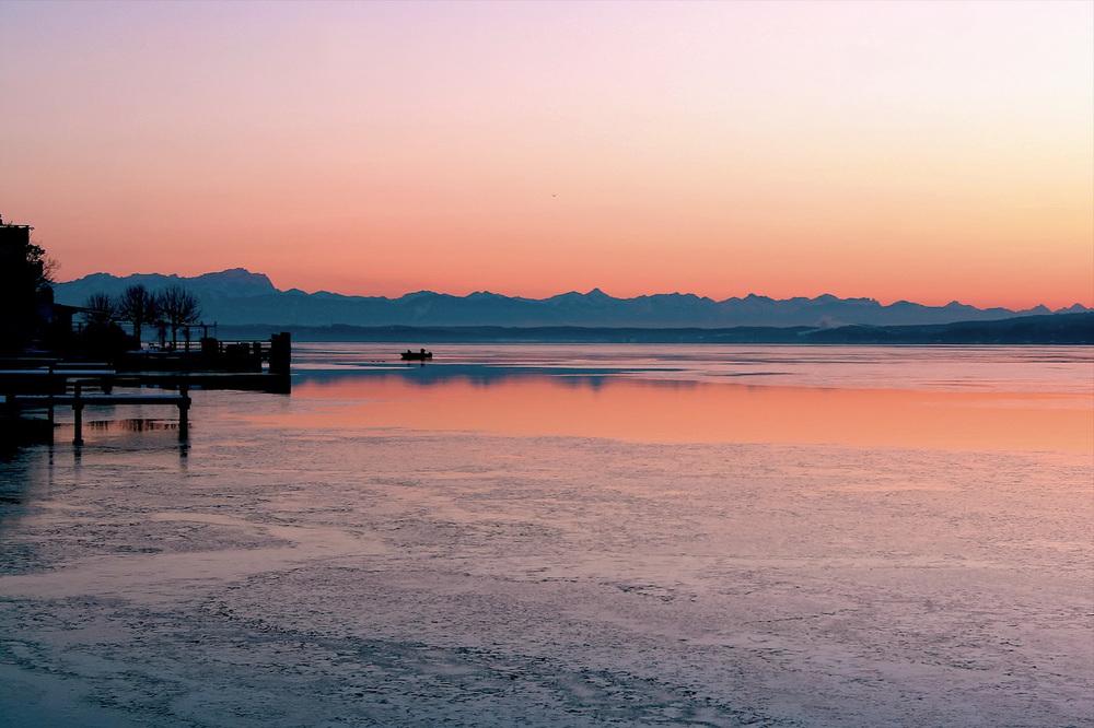 B21 Fischer Gastl holt Netze ein  15 Minuten bevor See zufror 17.01.06.jpg