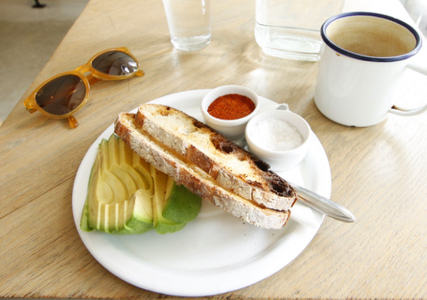 Tartine Avocat Servie chez Fondation Café