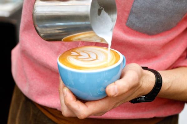 Latte Art par un  Barista Expérimentéchez Honor Café