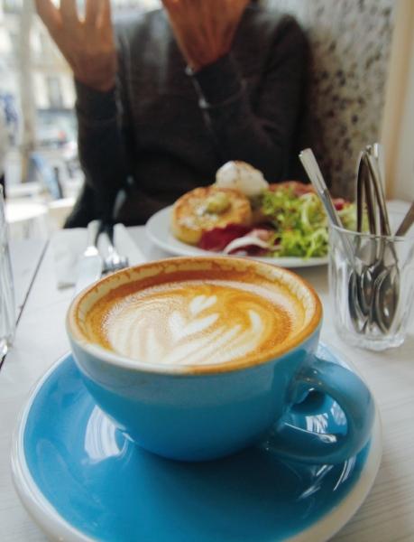Photo d'un Flat White prise chez Neighbours Paris, coffee shop au 89 bd Beaumarchais, 75003 Paris.