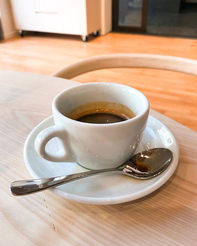 ☕️⭐️ La créma, mousse dorée surplombant les espressos et composée d'huiles et de dioxyde de carbone, est un indice de qualité mais n'est pas toujours indispensable sur un bon café ! Cette créma peut traduire la qualité de l'extraction mais aussi le type de torréfaction et la densité du café utilisé. Par exemple, sa couleur est un bon indicateur du degré de torréfaction : plus elle est foncée, plus il est probables que les grains aient été très torréfiés. Cette mousse est considérée comme gage de qualité lorsqu'elle dure dans le temps. Or, si la créma se dissipe rapidement, ça peut être parce-que : • le café a été extrait il y a trop longtemps • le café a été mal extrait • le café est trop vieux mais ça peut aussi être parce que • la torréfaction est claire • le café est très dense Donc oui, dans la majorité des cas, une créma qui se dissipe vite n'est pas bon signe. Mais dans l'industrie du café de spécialité, il n'est pas rare d'avoir une créma jaune claire (presque blanche) qui se dissipe rapidement pour révéler un espresso excellent. C'est en général le cas pour les cafés éthiopiens, denses et torréfiés de façon légère pour en conserver les arômes subtils.  Donc avant de juger un café visuellement à cause d'une créma qui ne correspond pas aux critères traditionnels, n'oubliez pas que l'industrie du café de spécialité a tendance à changer les règles et que les bonnes surprises sont probables ! D'ailleurs, saviez-vous que lorsque les premiers cafés avec créma sont apparus (conséquence de la pression d'une machine à espresso), un critique gastronomique s'est exclamé «enlevez moi cette merde de mon café !». Comme quoi les habitudes et traditions changent rapidement... PS : N'oubliez pas de mélanger la créma à votre espresso avant de boire votre première gorgée pour en apprécier tous les arômes ! #Crema #Espresso #LOrDuCafe