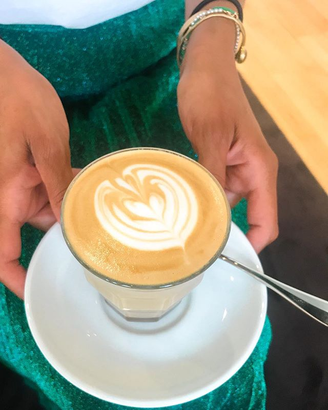 👉🏼Le marché du coffee shop parisien a changé.  Dans les premières années, seuls les passionnés à la recherche de meilleurs cafés ouvraient un lieu qui correspondait à leurs attentes, insatisfaites ailleurs. Désormais, ceux qui ouvrent des coffee shops sont à la recherche d'un changement de vie. Ceux-là sont guidés par un Instagram enjoliveur et se concentrent davantage sur le lieu que sur le produit. Ils veulent créer une ambiance chaleureuse, pour eux et pour leurs clients, du moins ceux qui les comprennent. Sans réelles compétences sur les produits qu'ils servent et leur transformation, ils martèlent qu'ils ne veulent pas servir le meilleur café du monde. Juste un bon café. Juste un bon petit-déjeuner. Juste un bon déjeuner. À force de vouloir être dans le «juste bon» ils s'imposent leur propre plafond de verre et servent des choses plates à leur clientèle. Ceci ne manque pas de se ressentir et d'affecter l'ambiance. On se demande ce qui anime ces nouveaux restaurateurs. La passion, le rêve, l'illusion ? En tout cas, ils s'auto-persuadent qu'ils ne peuvent faire mieux. D'après eux, leurs clients devraient d'ailleurs se montrer plus reconnaissants de leurs efforts. Dans cette logique, ils s'enferment dans une vision qui ne les mène nulle part mais qui les condamne à l'inertie, ou pire, et de plus en plus, à la chute. Est-ce que cet enfermement est irrémédiable ? Non. Mais trouver la force de se remettre en question quand le quotidien devient dur et qu'une poignée d'irréductibles supporters vous encense est loin d'être une évidence.  Aux propriétaires en question : ce n'est pas pour vous décourager que je vous dis tout ça mais pour vous montrer que vous vous limitez vous-même. Vous avez le potentiel de transformer votre lieu en coqueluche du public et même d'Instagram si c'est que vous souhaitez. Pour réaliser ce potentiel, encore faut-il être lucide sur les efforts nécessaires ou de le devenir et d'adapter votre stratégie. Quant à la peur de servir du café exceptio