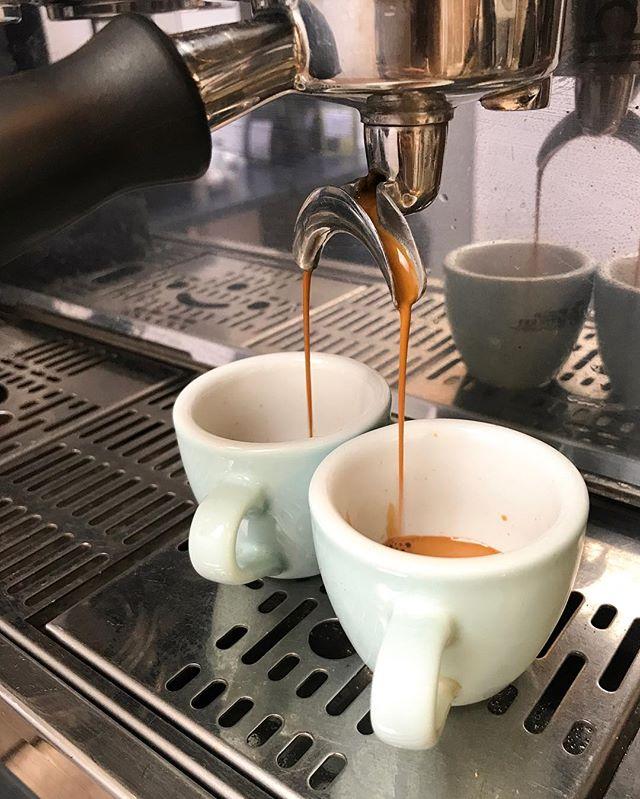 ANNONCE : LES FORMATIONS BARISTAS REVIENNENT LA SEMAINE PROCHAINE Enfin, je reprends les formations barista dès la semaine prochaine comme vous l'avez peut-être déjà vu dans les événements de la page Facebook de Baristas et Associés. Cette année, il n'y aura que deux cours par journée : -  le cours d'extraction d'espresso (10h30 à 13h - 80€) -  le cours de latte art (14h à 17h - 95€) La journée complète est à 160€ - hors déjeuner (me contacter en mp). Il y aura deux niveaux d'accès : - débutants à intermédiaires (amateurs, débutants et baristas avec moins d'un an d'expérience) -  intermédiaires à expérimenté (à partir de 6 mois d'expérience en coffee shop) La PROCHAINE DATE est mardi prochain 18 septembre avec un niveau débutant à intermédiaire. Si vous vous demandez pourquoi les prix ont augmenté, c'est pour s'adapter proportionnellement aux cours plus long. INSCRIPTIONS : vous pouvez vous inscrire sur Facebook (dans les événements de la page Baristas et Associés) ou directement sur Eventbrite en cherchant Baristas et Associés. Pour toute information supplémentaire, n'hésitez pas à me contacter en mp ! 😊