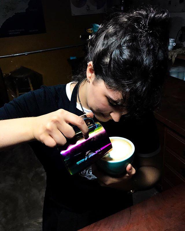 💪🏼Pratique, concentration et détermination... @attwolines en plein entraînement pour les championnats du monde de Latte Art 2018 qui commencent demain à Belo Horizonte, au Brésil ! 🇧🇷 Suivez le direct sur le site de la WCE, demain à 20h30 heure française ! Lien dans la bio ☺️ #WLAC #WLAC2018 #LatteArt #WorldCoffeeEvent