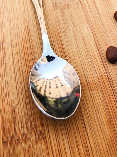 Le monde est dans une tasse de café... et dans la petite cuillère qui l'accompagne !