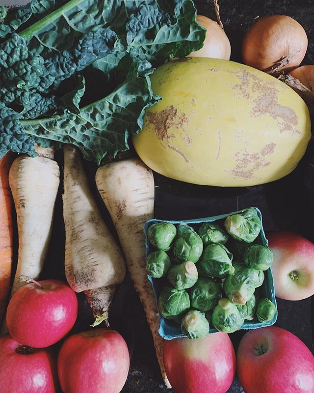 ✨Farmer's Market Haul Tips✨ Instead of siphoning through the vendors at the market haphazardly or picking super duper specific recipes with super duper specific ingredients, think in terms of flexible, batch cooking. ➰GREENS. Pick a green you can throw in any dish. Think kale or spinach which sauté quickly or can be used raw in dishes and smoothies. ➰SNACKS. Simplify your snacks. I don't feel the need to get too creative...Apple and almond butter // celery and hummus is great, all day, er'day. I grab 5 apples and a stalk of celery to prep for the week. Simple. ➰HEARTY VEG. Pick up vegetables you can roast on two big sheet pans. Right now I'm loving broccoli, brussels, sweet ps, parsnips and carrots. ➰HERBS & ALLUMS. Pick just a few. Get herbs, leeks, onions, etc that add tons of flavor to soups, stews, stir fries and more. Think versatility and flavor. ➰GRAINS // BEANS. I pick one or two and make a big batch to throw in meals to bulk them up all week with my new #instantpot. ❤️ ➰PROTEIN. Economical choices are free ranges chx thighs, pastured beef and my fav, eggs. I only eat meat a few times a week so I don't need too much and those are the more affordable options. While the meat is pricier than at the supermarket there are 18374772673 reasons NOT to buy your meat there. Think of it as a health insurance cost (not to mention fighting for your right to access this kind of meat to begin with). ➰EFFICIENCY. Pick things that go a long way for the money. Cabbage lasts forever and is SO stinking good for you. Spaghetti squash is so easy to prepare and lasts me two or three meals depending on the size. Sweet potatoes are super filling, nutritious and work for just about any meal. No need to go crazy, pick a few things and stock up for the week.  What's your favorite farmer's market find? My current obsession? LEEKS ❤️