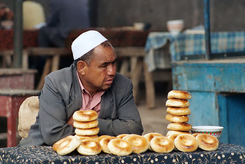 A street vendor selling Girdeh Nan in Kashgar, Xinjiang/ Via Flickr
