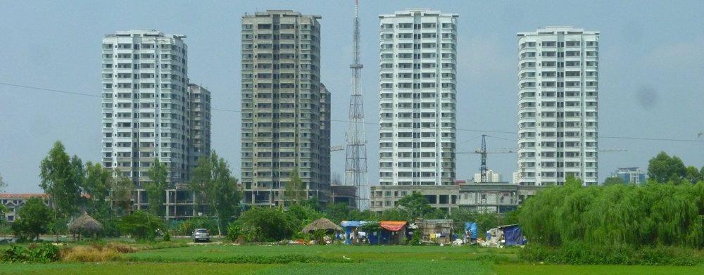Un projet immobilier émergent des rizières en périphérie de Hanoi (Vietnam). Crédit: C. Musil 2012