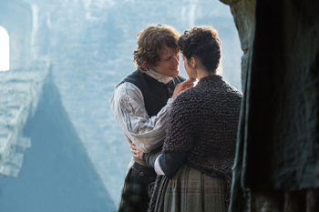 Jamie and Claire (Sam Heughan and Caitriona Balfe) in Outlander, By the Pricking of My Thumbs (© Starz)