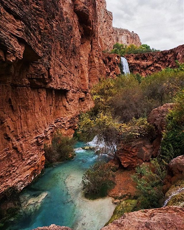 """Who run this mutha? EARTH 🌎 ••••••••••••••••••••••••••••••••••••••••• I love my planet and feel so grateful I get to explore it. But with beautiful places like this, there also comes a lot of TRASH. I remember leaving Havasupai, walking by vacated campsites that were left with literal bags of trash and cans of fuel that they were """"generously"""" leaving for the next hikers. Who probably already had fuel. So, cool. Please protect our mother and pick up trash you see. Let's keep her beautiful for everyone. 🤷🏼♀️ #earthday"""