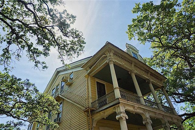 Would actually be totally fine with getting murdered on this beautiful porch so I can be a Nawlins ghost for all of eternity in my dream house. Let me know if you can help.
