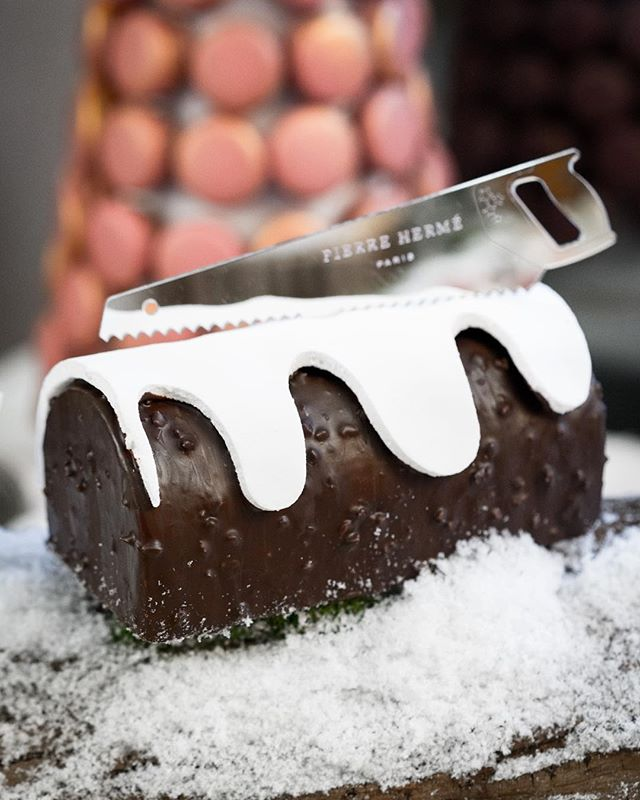 The Bûche master @pierrehermeofficial has rolled out Orpheo, a dark chocolate cake with hazelnut praline, pure origine dark chocolate ganache and Chantilly... available for delivery in all of France! A first! 🎄🙌🏼🎄 . #sliceofparis #buchedenoel #pierreherme #patisserie #parisfood