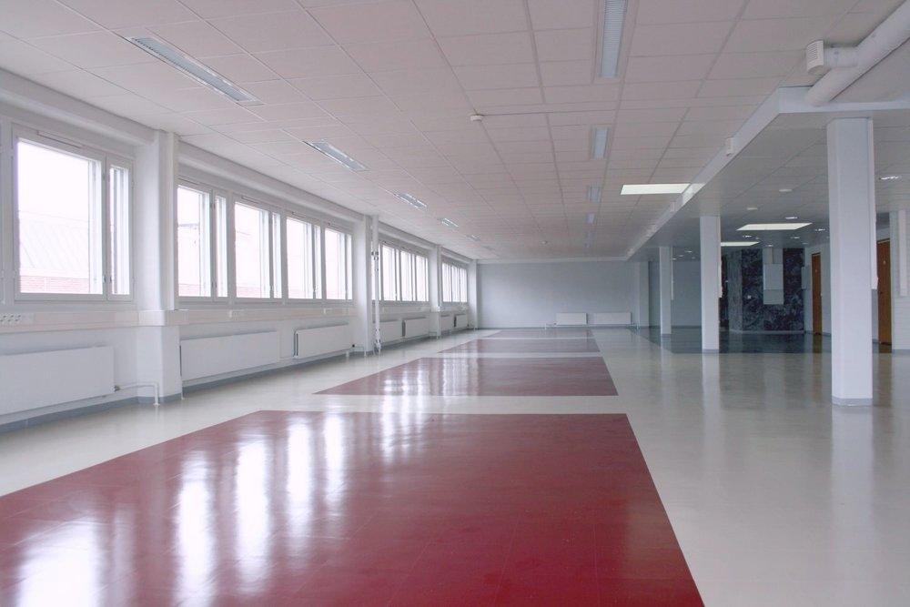 Toimistotila 308 m² vapautuu Lauttasaaressa 1.4.2019 - Avara, yhtenäinen toimistotila vuokrattavana ylimmästä kerroksesta. Näyttävä kivinen sisääntuloaula, punavalkoinen lattia ja virtaviivainen punainen keittiö sekä erillinen neuvotteluhuone.  Ota yhteyttä: Björn Lindgren p. 041 581 8560.