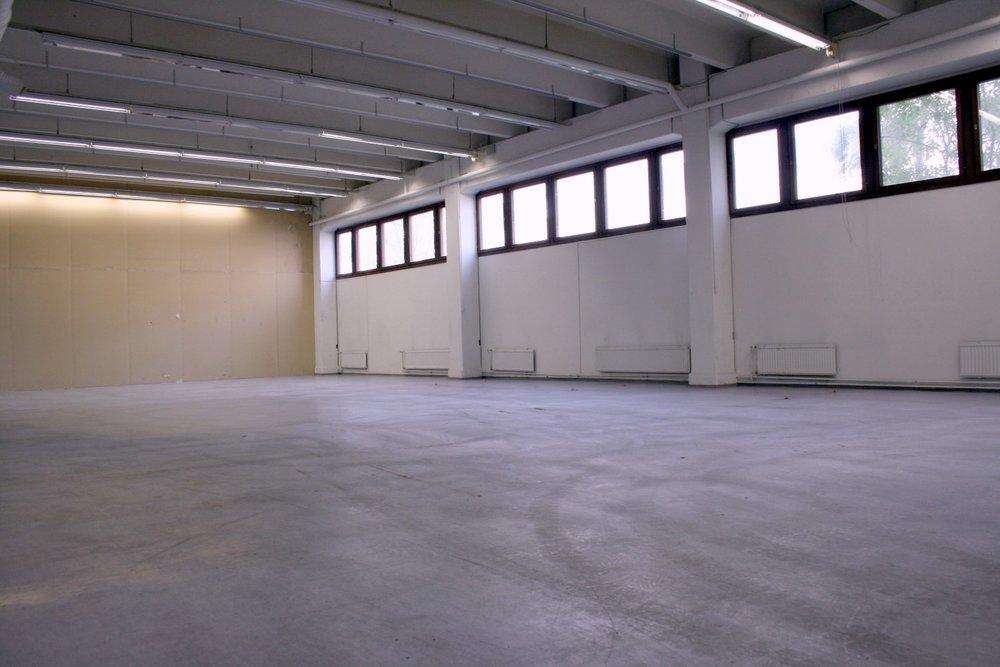 Espoon Kiviruukissa vapautumassa varasto- tai tuotantotila 353 m² - Ensimmäisen kerroksen varasto- tai tuotantotilassa 353 m² on nosto-ovi ja sisäänkäynti suoraan lastauslaiturilta. Vapaa 1.7.2019 alkaen. Kiviruukkiin on hyvät kulkuyhteydet: Ruukinkuja 4 sijaitsee aivan Länsiväylän kupeessa Kehä III:n sisäpuolella.