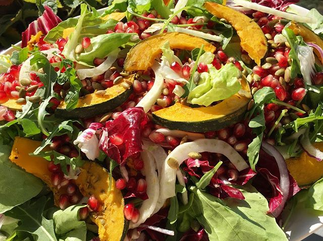 When you get salad duty 🥗😀All the fall goodies: oven roasted kobacha squash, fresh fennel, pomegranate seeds, purple onions over arugula, butter lettuce and radicchio + toasted pumpkin seeds & a rosemary lemon vinaigrette 👊🏼🌱🍋