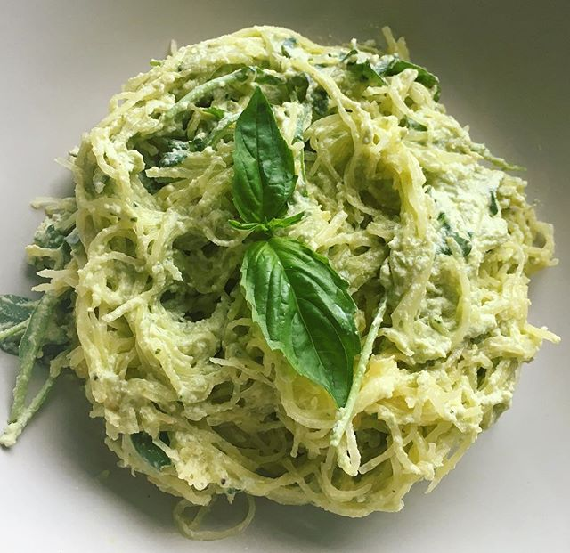 Spaghetti squash with vegan cashew pesto cream 🍴🌱🍝