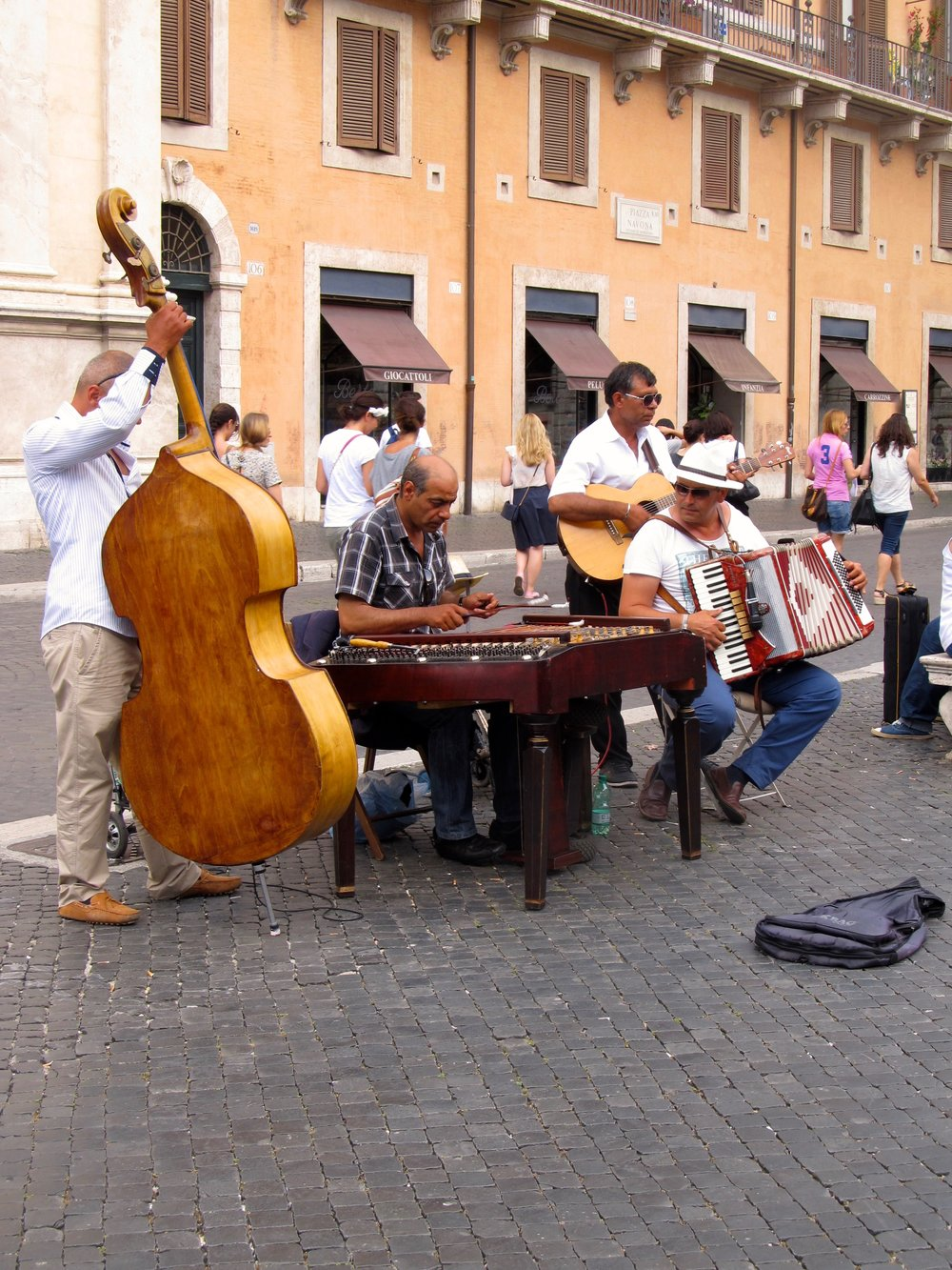 Lively music in Piazza Nivona
