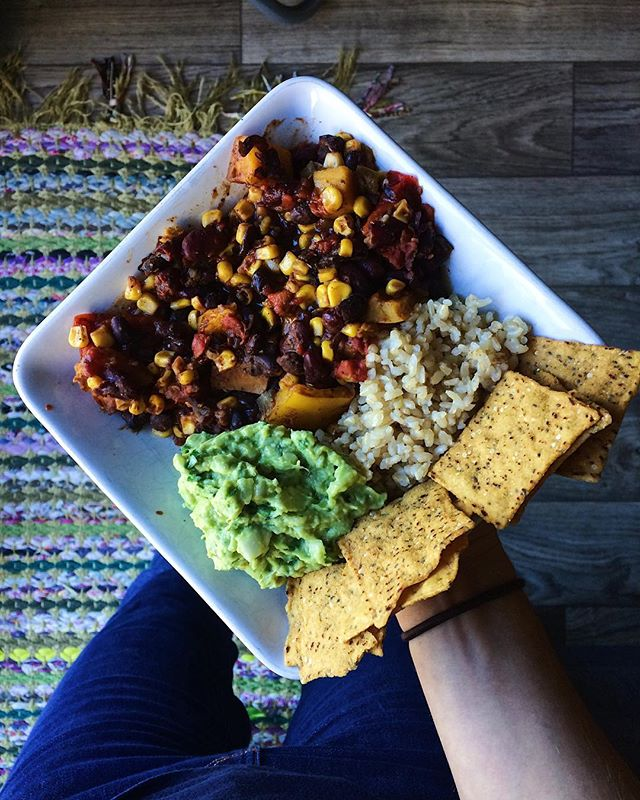 it's chili season ~ I'm taking this prized dish to the next level ~ introducing the chili burrito bowl with guac, brown rice, & sweet potato @waybettersnacks ~ how have I not thought of this before?? 👌😋