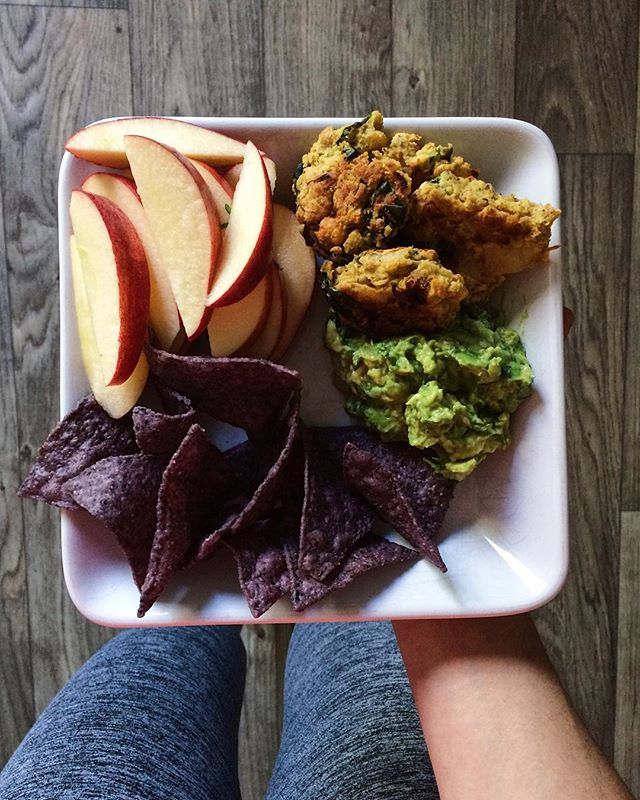 sunday study snacking smorgasbord (how's that for an alliteration?) ~ trying to focus on school work during  this insanely beautiful Coloradan fall day is a struggle 🤦🏻‍♀️ ~ hope everyone is having a relaxing afternoon before the start of another week 💚
