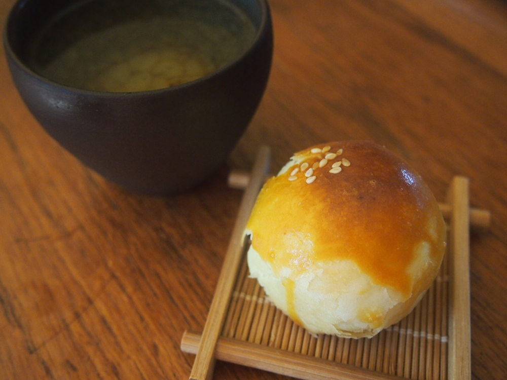 Oolong tea with Taiwanese yolk cake