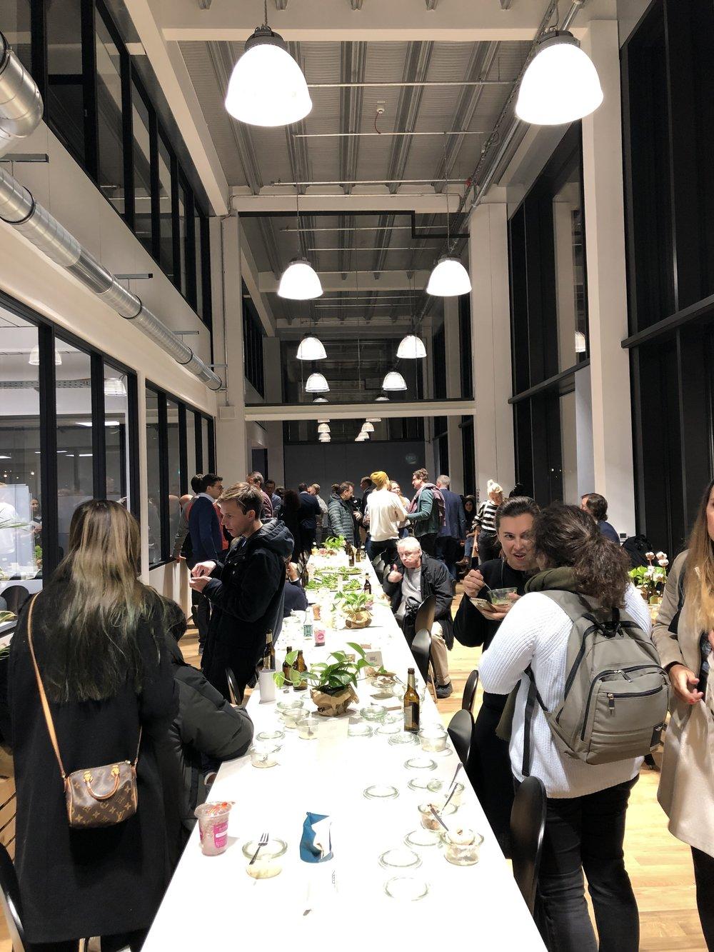"""Im frisch eröffneten Accelerator """"Food Tech Campus"""" finden Food Startups in Berlin Moabit seit November die Möglichkeit sich zu vernetzen und Arbeitsplätze im Coworking Bereich zu mieten."""