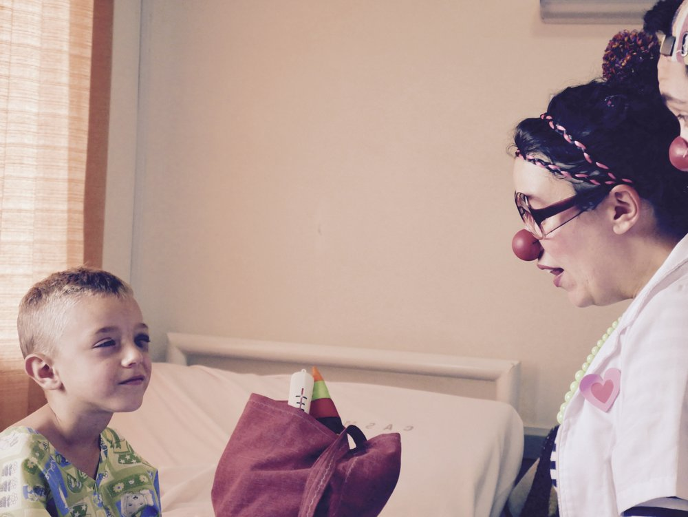 Clowns offering smiles in a hospital / Fundation SALUDARTE