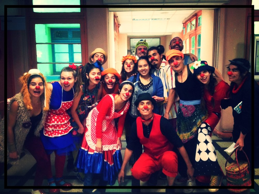 "CLOWNSIENTE workshop + intervention in Roberto del Río kids hospital of Santiago.  The same weekend, Patch Adams was in town. ""Humor is an antidote to all ills."""