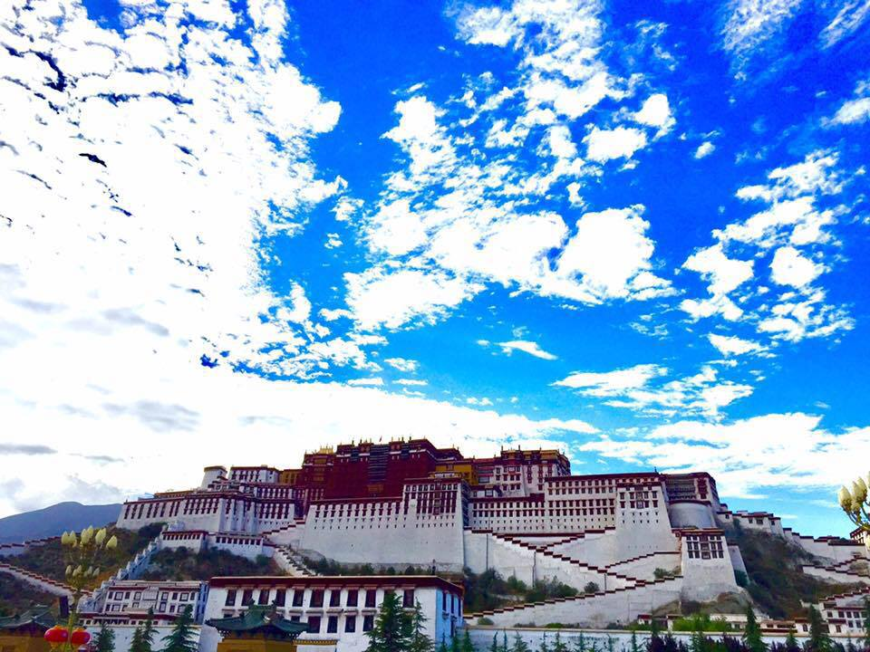 Lhasa - I can't believe I'm here! I want to be a monk, a laughing one, as the Laughing Buddha. So far, my Tibet is made of mantras, smiles, laughters and laughers, prayers, stolen pictures of me, non authorized selfies and BEAUTY! I've been lucky and blessed to discover this fantastic land, to be guided by the one and only Tar Key and to count with a new friend, a real Tibetan monk, we communicate on WeChat!