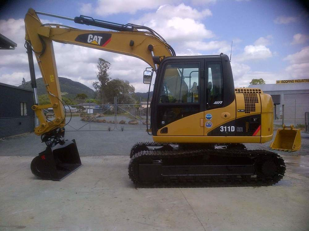 CAT 311DRR fitted with hydraulic hitch & tilt bucket