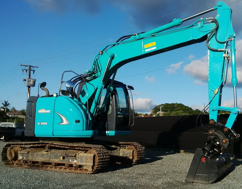 Kobelco SK125SR-2 fitted with hydraulic hitch & tilt bucket